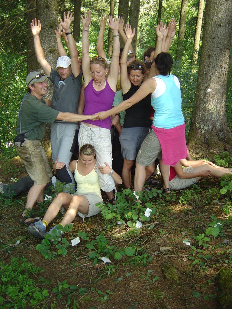 TeilnehmerInnen des Lehrganges bei einer Gruppenübung im Wald