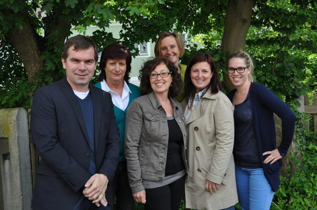 Gruppenbild im Garten. Das IFAU-Team: Andreas Kupfer, Helga Fink, Irene Schwaiger, Petra Schabhüttl, Sylvia Zierer, Marlis Hilber