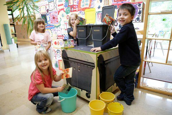 Kinder erforschen den Stoffkreislauf anhand des Themas 'Müll'.
