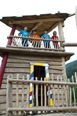 Kinder stehen auf einen Spielgerüst in der Arena Schallau
